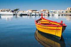 一条美丽的黄色小船在Marzamemi港口,西西里岛 免版税库存照片