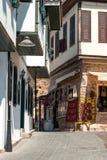 一条老城镇街道的视图在安塔利亚,土耳其 免版税库存照片