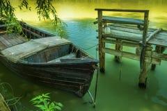 一条老小船和一个简单的木码头从老委员会 免版税库存图片