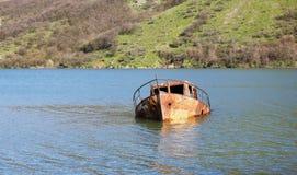 一条老小船在湖 库存照片
