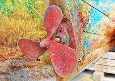 一条老小船的生锈的推进器 免版税库存照片