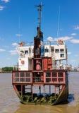 一条老小船的部分切成了两半 库存图片