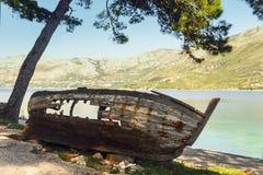 一条老小船的骨骼在克罗地亚的地中海海岸的 图库摄影
