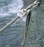 一条老小船的绳索被栓 免版税库存图片