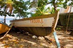 一条老捕鲸小船命名了麻烦在更低的海湾海滩在石榴汁糖浆 免版税库存图片