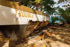 一条老捕鲸小船命名了麻烦在更低的海湾海滩在石榴汁糖浆 库存图片