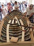 一条老木小船的恢复 库存照片