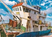 一条老海难小船的关闭放弃了在海滩的立场或遭受了海难在离海岸的附近  免版税图库摄影