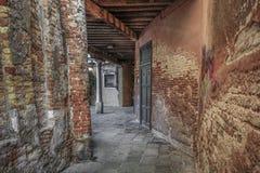 一条老街道在威尼斯 免版税库存照片
