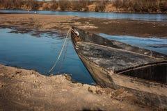 一条老被放弃的小船 库存照片