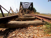 一条老被放弃的铁路的路轨 库存图片