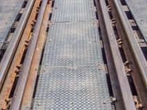 一条老铁路轨道的特写镜头在钢桥梁的 免版税库存照片