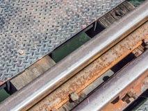一条老铁路轨道的特写镜头在钢桥梁的 图库摄影