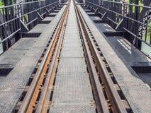 一条老铁路轨道的特写镜头在钢桥梁的 免版税图库摄影