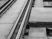 一条老铁路轨道的特写镜头在钢桥梁的 免版税库存图片