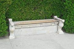 一条老长凳在公园 免版税图库摄影