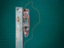 一条老靠码头的小船的天线 免版税库存照片