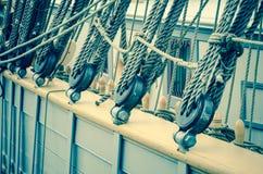 一条老风船的块和索具,特写镜头 免版税库存图片
