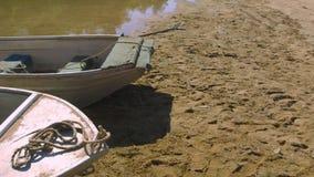 一条肮脏的老小船在沙子洗涤  影视素材