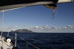 一条航行游艇在热的夏日 库存照片