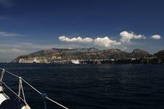 一条航行游艇在热的夏日 免版税库存照片