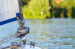 一条航行游艇的弓在defocused湖背景的与copyspace 库存图片