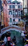 一条色的狭窄的威尼斯式运河 免版税库存图片