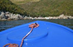 一条蓝色小船的弓 库存照片