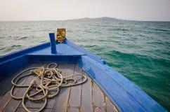 一条蓝色小船的弓 免版税库存照片