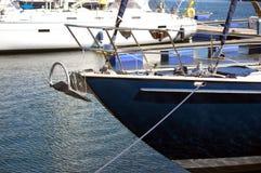 一条蓝色游艇的船首 库存图片