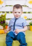 一条蓝色牛仔布衬衣和领带的,牛仔裤逗人喜爱的男孩 图库摄影
