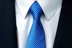 一条蓝色镶边领带的特写镜头 免版税库存照片