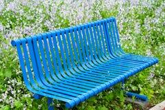 一条蓝色长凳在公园 库存图片