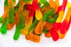 以一条蛇的形式胶粘的糖果在白色背景 免版税库存照片
