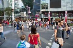 一条行人交叉路的人们在乌节路 免版税库存照片
