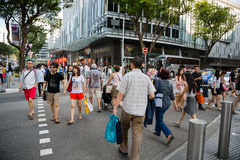 一条行人交叉路的人们在乌节路 图库摄影