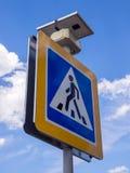 一条行人交叉路的路标装备一个太阳能电池 免版税库存图片