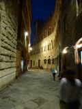 一条街道在托斯卡纳意大利的锡耶纳在晚上 库存图片