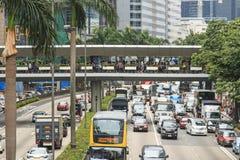 一条街道在有繁忙运输的中央香港和棕榈树的细节在街道的中心 免版税库存照片
