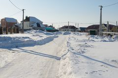 一条街道在村庄在冬天 库存照片