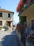 一条街道在村庄Civitella在意大利 库存图片