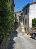 一条街道在村庄Civitella在意大利 免版税库存照片
