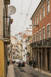 一条街道在里斯本老镇,红色屋顶冠上,葡萄牙 免版税库存照片
