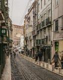 一条街道在里斯本老镇,葡萄牙 库存照片