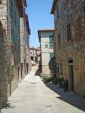 从一条街道的一个看法在村庄Civitella在意大利 免版税库存照片
