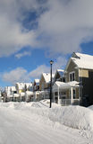 一条街道的全视图在雪风暴以后的 库存照片