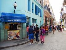 一条街道的当地人在哈瓦那旧城,古巴 免版税库存图片