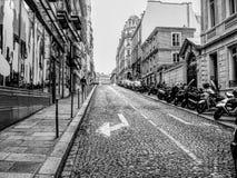 一条街道的HDR黑白照片在巴黎 库存图片