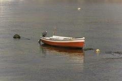 一条被停泊的小船的看法 免版税库存图片