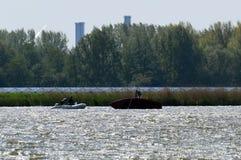 一条被弄翻的风船在湖 在路的Rescueservices 免版税库存照片
